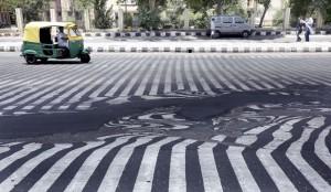 las Señales de tráfico pintadas sobre el pavimento aparecen distorsionadas a causa de las altas temperaturas registradas en Nueva Delhi, India