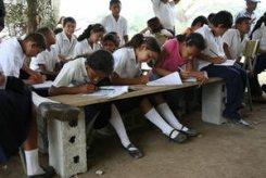 El gobierno insiste en ofrecer esducación bilingue, pese a mantener a los alumnos en situaciones antipedagógicas.
