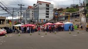 Los jovenes en huelga de hambre son visitados a diario por hondureños que comparten su lucha.
