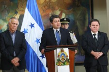 El presidente Hernández compareció junto a los titulares de los poderes, Legislativo y Judicial y del fiscal general.