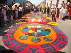"""Los """"gringos"""" de Nutley, New Jersey aprendieron a hacer alfombras de aserrín estilo Comayagua."""