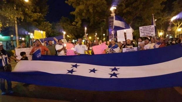 """El pasado sábado 13, los hondureños residentes en Miami se volcaron a la calle 8 a pedir """"Stop corruption""""."""
