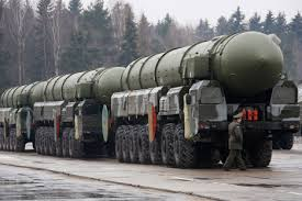 Las potencias económicas,  gastan miles de millones en armamento que solo sirve para la destrucción del ser humano.