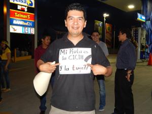 El rótulo que potaba este joven evidencia la exigencia de los hondureños.