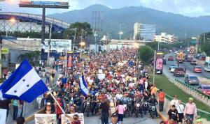 Una mega marcha de antorchas se observó la noche de este viernes en Tegucigalpa.