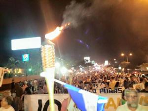 La luz dde las antorchas en San Pedro Sula se encendió a las 5:00 de la tarde.