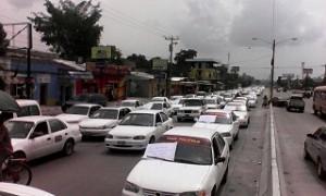 Los taxistas de San Pedro Sula se movilizaron este miércoles en caravana.