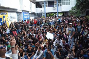 La plaza central de la UNAH fue abarrotada por los estudiantes exigiendo diálogo.