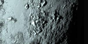 La superficie de Plutón con montañas de hasta 3,500 metros de altura.