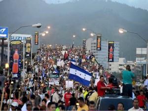 """""""Por los vientos que soplan"""", las antorchas seguirán iluminando las calles de Honduras cada viernes y sábado exigiendo la CICIH."""