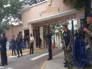 Los policías y militares tomaron el control del portón principal de Casa de Gobierno.
