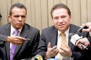 Enrique Flores Lanza en compañia de su abogado Raul Suazo Barillas.