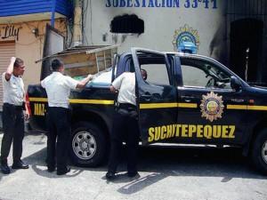 Los policías cargan los enséres de una estación policial que fue incendiada.