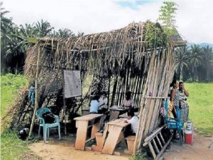 Esta es una escuela improvisada ubicada en la Mosquitia hondureña que devela las consdiciones precarias del sistema educativo.