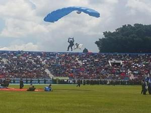 Los paracaidistas se robaron el show en el estadio nacional de Tegucigalpa.