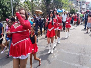 La movilización parelela también llevó sus palillonas. Ellas son parte de la comunidad LGTB.