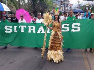 Una linda jovencita luce un traje típico confeccionado a base de tuza de maíz.