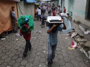 Los pobladores saqueraon varioas negocios. Foto AP