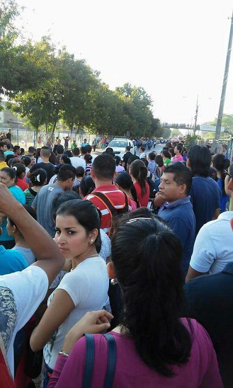 Decenas de empleados de una empresa maquiladora en la zona norte de  Honduras mantienen tomada una importante vía de comunicación en este  sector 62cdb0ab75d