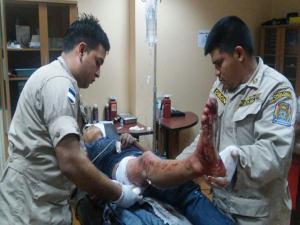 Momentos cuando los bomberos asitían a uno de los heridos.
