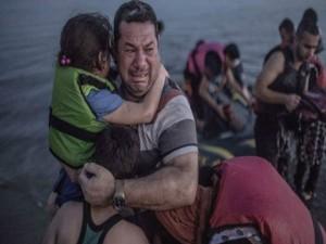 Esta foto se ha vuelto viral, este hombre llora de alegría al llegar a puerto seguro junto a su hija.