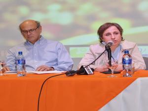Carlos Fernando Chamorro junto a Carmen Aristegui.