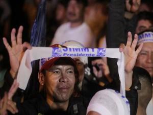 Un seguidor de UFC Nación, celebra el triunfo de Morales.