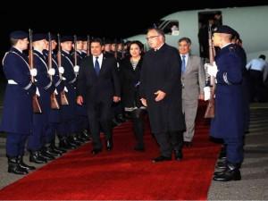 El mandatario hondureño junto a su esposa a su llegada a Berlín.
