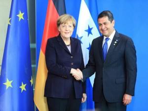 El presidente hondureño junto a la canciller alemana Angela Merkel