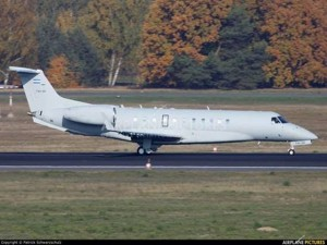 El presidente de un país pobre, viajando en un avión de lujo.