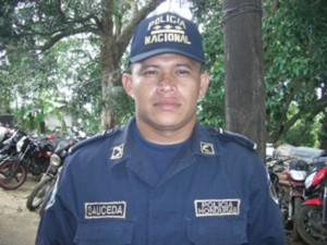 Sub comisionado de policía Byron Sauceda habría sido suspendido por orden directa del mandatario.
