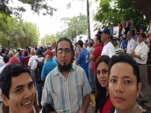 Centenares de seguidores del periodista David Romero Ellner llegaron este viernes a las afueras de los tribunales.