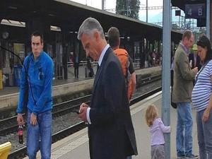 el presidente de Suiza, Didier Burkhalter, el pais mas rico del mundo va en tren a su oficina