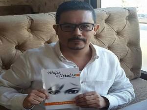 """El periodista Javier Franco y su libro """"Mujer de Octubre""""."""
