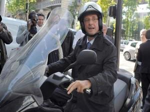 El presidente holandés viaja a su trabajo en su motocicleta.