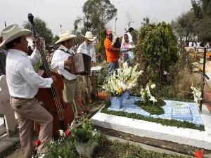 Los sureños celebran con música a sus muertos