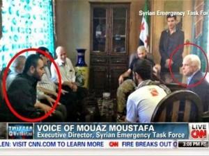 En esta fotografía el senado John Mackain aparece junto a uno de los líderes de ISIS