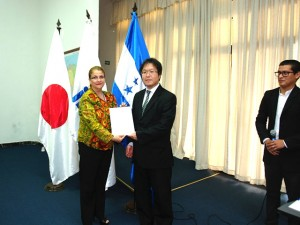 El director general de Jica, Naoki Kamijo, entrega uno de los diplomas