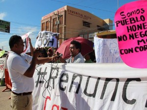 """""""Renunciá JOH"""","""" Fuera JOH"""", eran las leyendas de las pancartas y mantas este día en Catacamas, Olancho."""