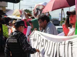 La policía se portó a la altura y no reprimió a los manifestantes, aquí cuando uno de ellos dialogaba con Rigoberto Sánchez.