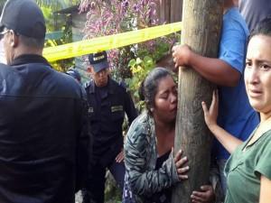 Esta mujer llora la perdida de su pariente.