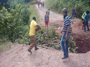 Los pobladores rellenaron las zanjas con piedras y palos para poder pasar y hacer posible su protesta