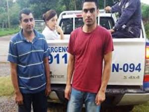 Los ciudadanos pakistaníes detenidos y mostrados a los medios mientras la mujer permanece en la patrulla
