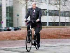Peter Almeier mano derecha de Angela Merkel se moviliza en su bicicleta