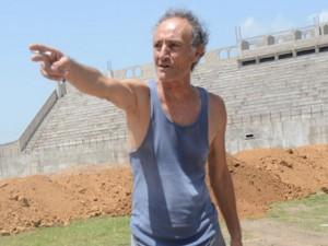 El Padre Alberto mientras supervisaba el estadio Juan Ramón  Brevé Vargas.