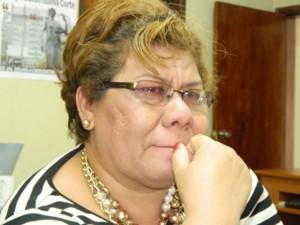 Llorando y llena de tristeza e impotencia, Almendárez relató su situación