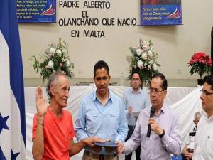 El Padre Alberto Guaci jura ante la Constitución  de Honduras, ante la presencia del secretaría de Derechos Humanos, Justicia, Gobernación y Descentralización, Rigoberto Chang Castillo.