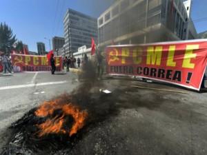 Escenas de la protesta en las afueras de la Asamblea de Ecuador.