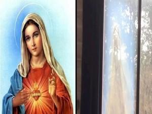 En la ventana se refleja la imagen de la virgen María