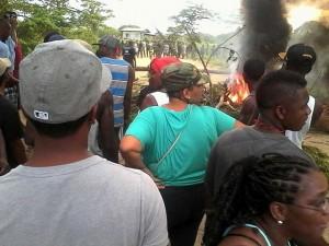 Los garífunas han bloqueado carreteras y puentes en protesta por lo ocurrido y exigiendo la salida de los militares de la zona